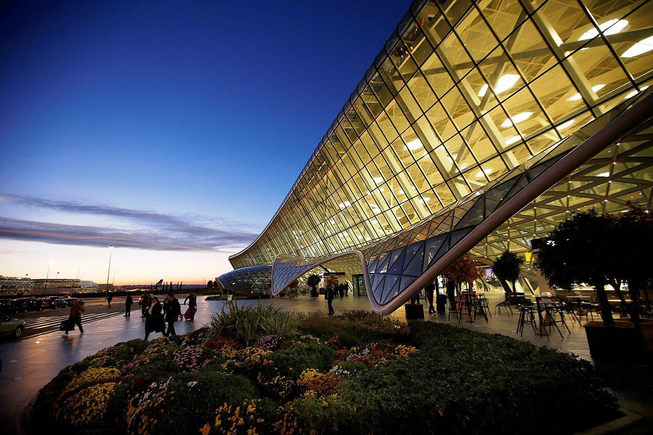1280px-Международный_аэропорт_Гейдар_Алиев.jpg